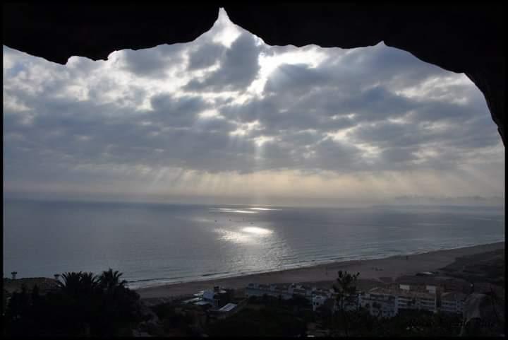 Fotografía del exterior de la cueva de las orcas